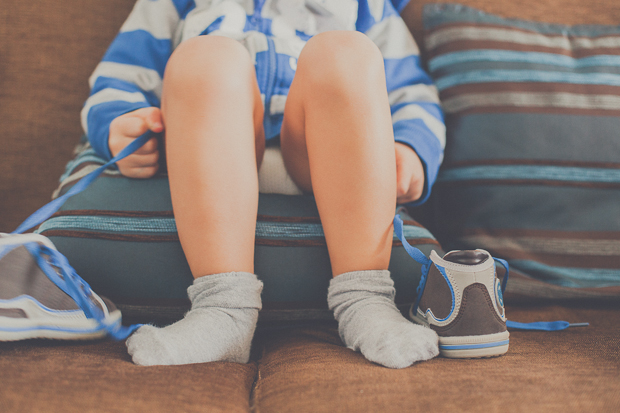 Criança sentada no sofá