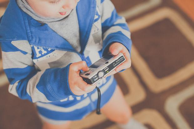 Criança a brincar com máquina fotográfica por Hello Twiggs