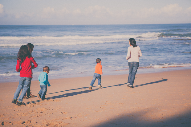 Família a correr na praia