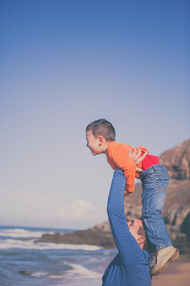 Pai a levantar o filho no ar