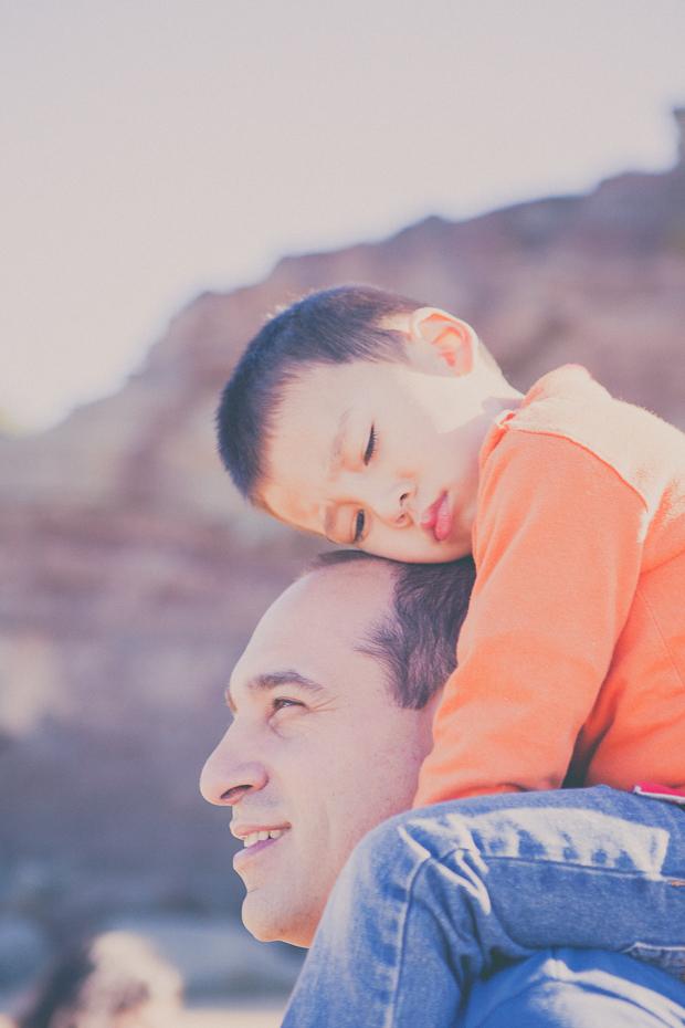 Pai e filho às costas