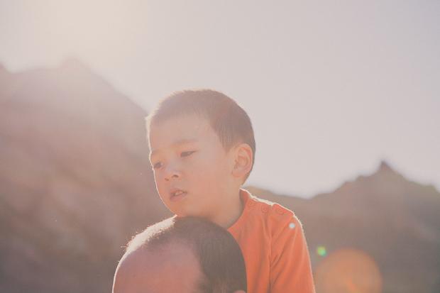 Criança às costas do pai