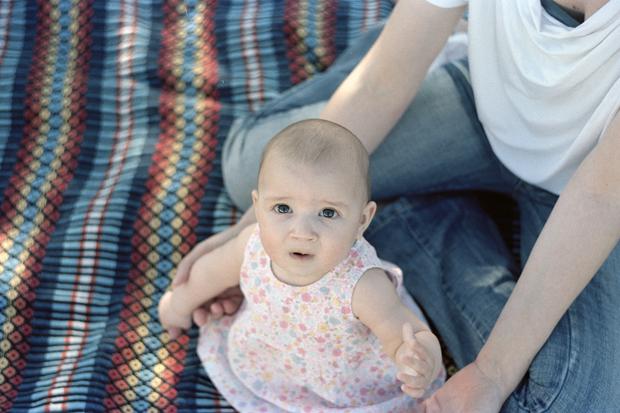 Sessão Fotográfica Analógica de Pais e Bebé no campo