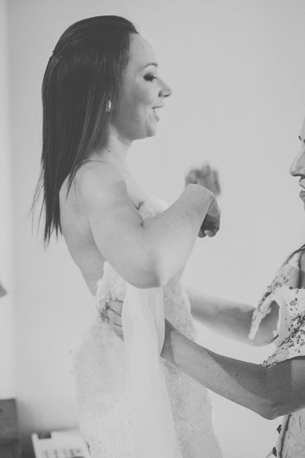 Fotografia de Casamento - Noiva a vestir o vestido