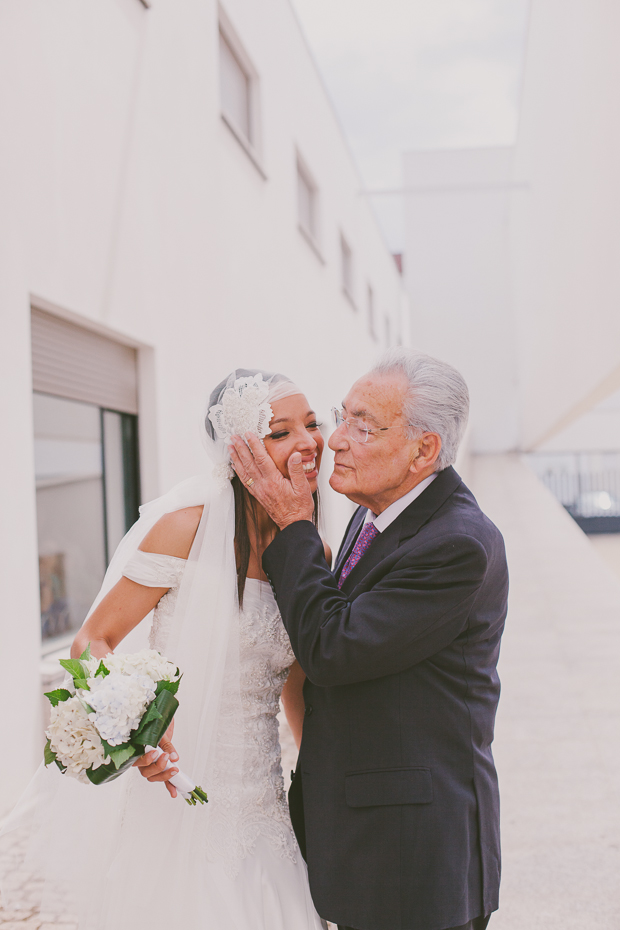 Fotografia de Casamento - Noiva recebe beijinho do avô