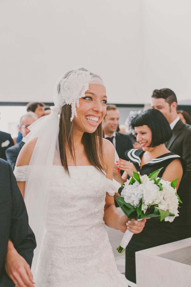Fotografia de Casamento - Noiva sorri ao olhar para o noivo