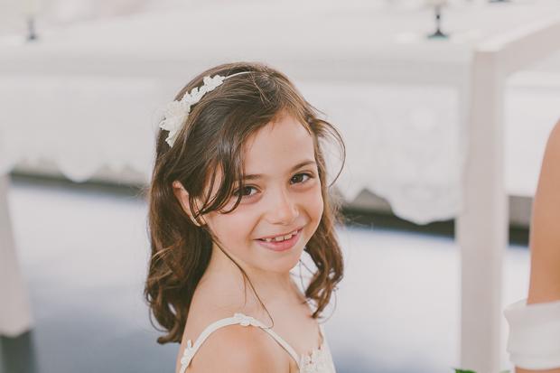 Fotografia de Casamento - Menina das alianças sorri