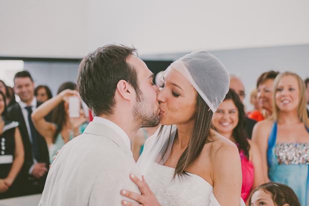 Fotografia de Casamento - Noivos celebram casamento com beijo