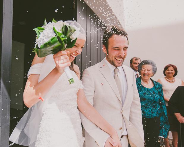 Fotografia de Casamento - Noivos saem da igreja debaixo de arroz
