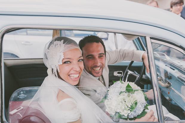 Fotografia de Casamento - Noivos saem da igreja em carocha azul bebé