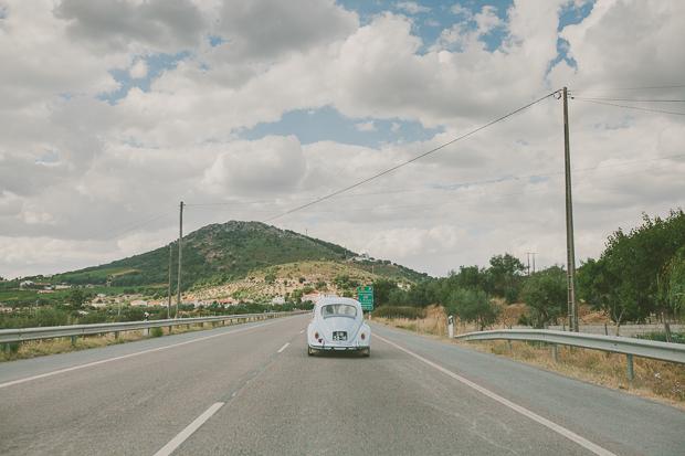 Fotografia de Casamento - Noivos conduzem carocha azul bebé até à quinta