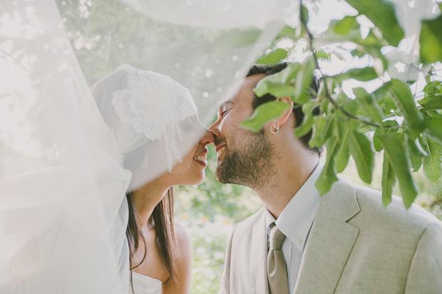 Fotografia de Casamento - Noivos bejam-se em sessão de noivos
