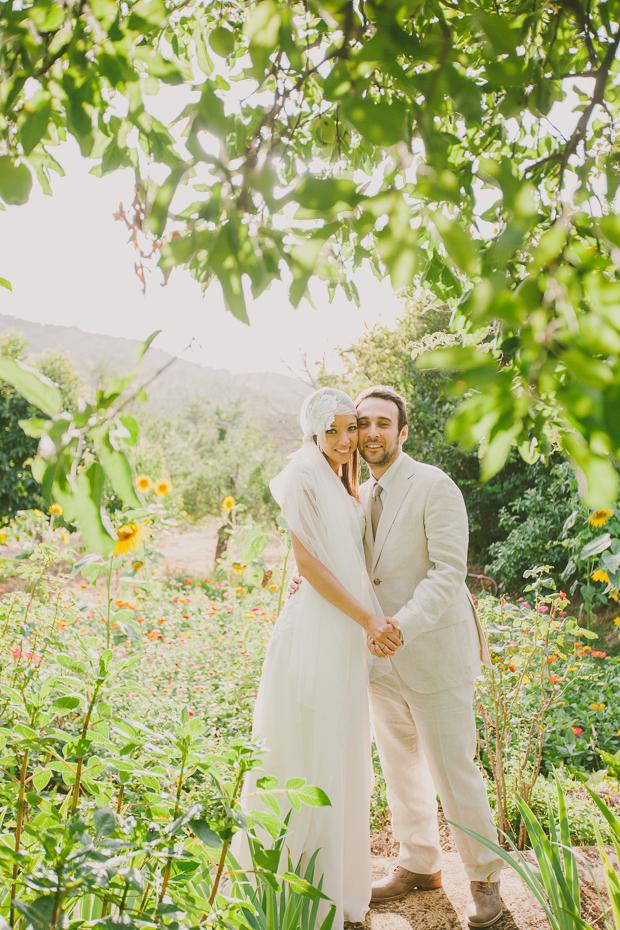 Fotografia de Casamento - Noivos abraçam-se em sessão de casamento