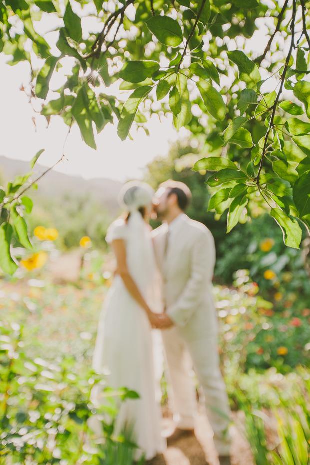 Fotografia de Casamento - Noivos abraçam-se em sessão fotográfica de casamento