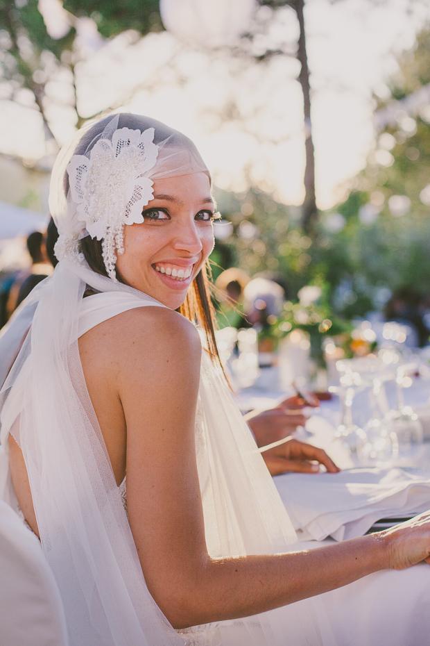 Fotografia de Casamento - Noiva sorri em jantar ao ar livre