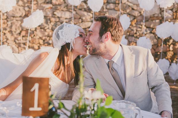 Fotografia de Casamento - Noivos beijam-se durante o jantar ao ar livre