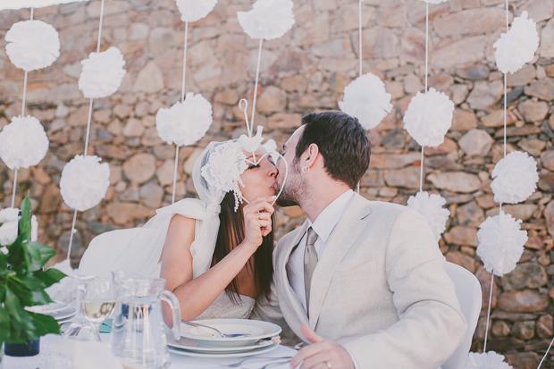 Fotografia de Casamento - Noivos beijam-se durante o jantar