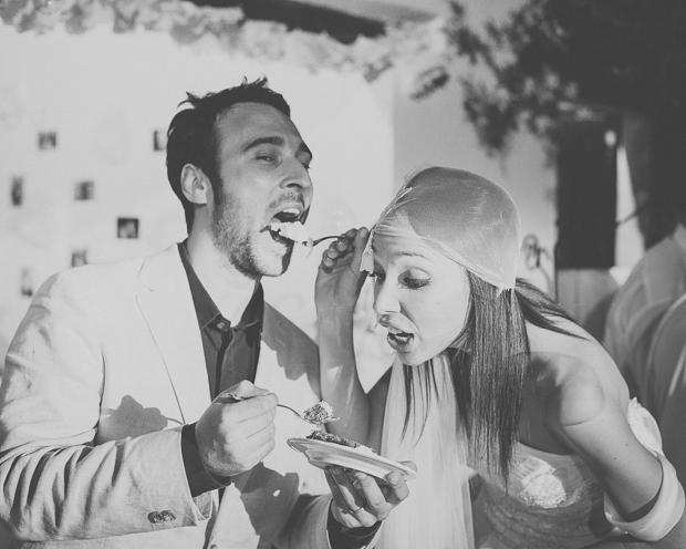 Fotografia de Casamento - Noivos provam o bolo de casamento