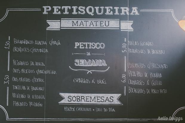Ementa escrita em parede de ardósia na Petisqueira Matateu