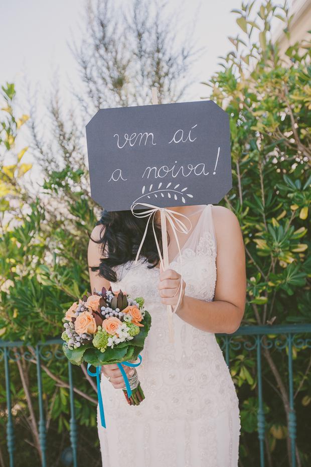 """Fotografia de Casamento, Noiva a segurar ardósia """"Vem aí a Noiva!"""""""