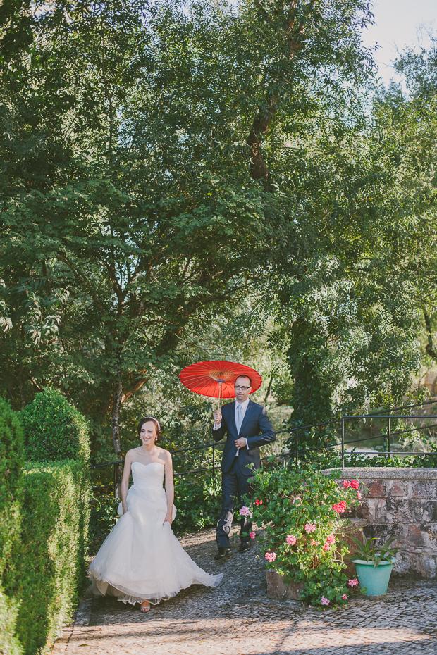 Fotografia de Casamento, Noiva e Noivo em Sessão Fotográfica, Noivo com chapéu vermelho